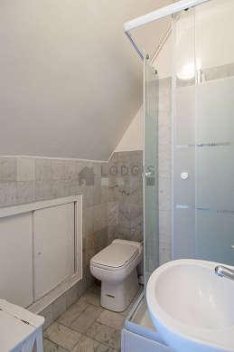 Salle de bain avec du marbre au sol