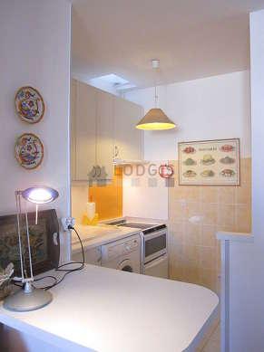 Belle cuisine de 4m² avec du carrelage au sol
