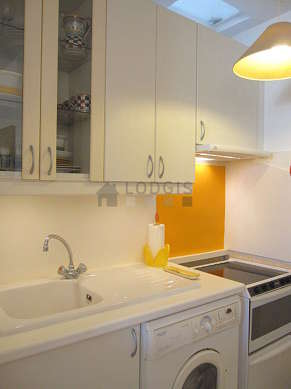 Cuisine équipée de sèche linge, réfrigerateur, vaisselle