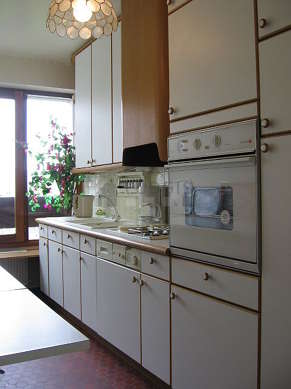 Cuisine dînatoire pour 4 personne(s) équipée de plaques de cuisson, réfrigerateur, vaisselle, tabouret