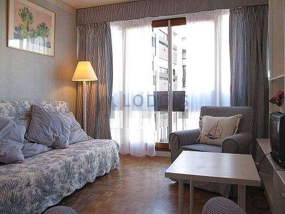 Séjour très calme équipé de 1 canapé(s) lit(s) de 140cm, téléviseur, 2 fauteuil(s), 1 chaise(s)