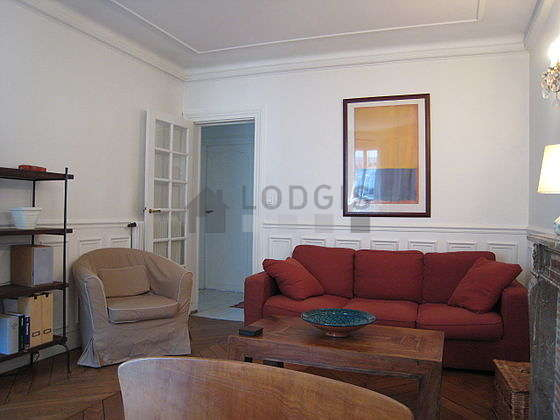 Séjour calme équipé de téléviseur, chaine hifi, 1 fauteuil(s), 4 chaise(s)