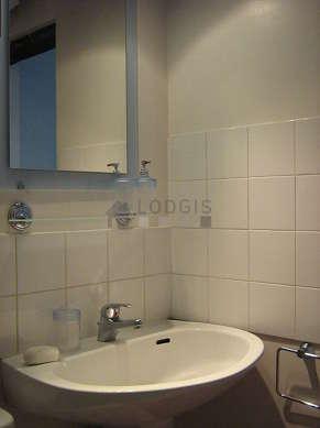 Belle salle de bain avec du linoleum au sol