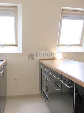 Cusine très lumineuse avec fenêtres double vitrage