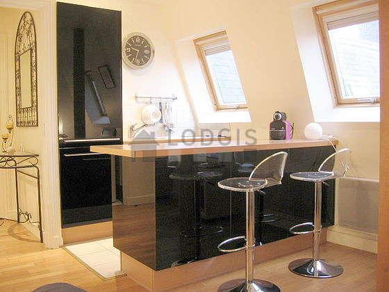 Salon très lumineux équipé de placard, 1 chaise(s)