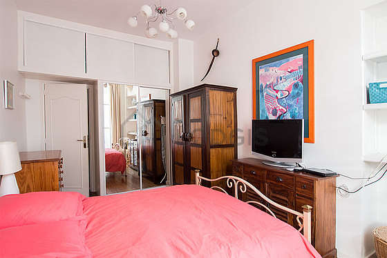 Very bright bedroom equipped with tv, 2 chair(s)