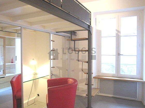 Salon de 13m² avec du béton au sol