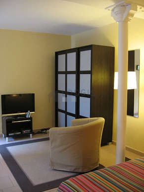 Séjour calme équipé de 1 lit(s) de 160cm, téléviseur, lecteur de dvd, armoire