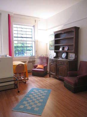 Salon lumineux équipé de 2 fauteuil(s), 3 chaise(s)