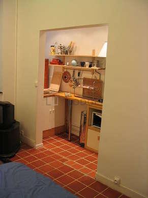Cuisine de 4m² avec du carrelage au sol