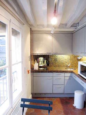 Belle cuisine de 5m² avec des tomettes au sol