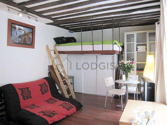 Salon lumineux équipé de penderie, placard, 4 chaise(s)