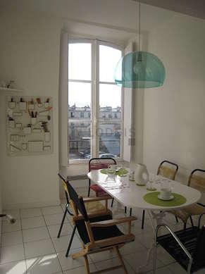 Belle salle à manger avec du carrelage au sol pouvant accueillir jusqu'à 6 convives