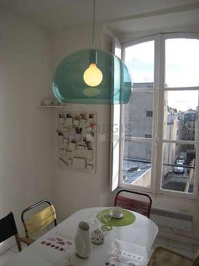 Salle à manger équipée de table à manger, placard