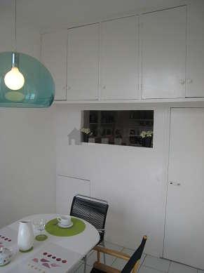 Salle à manger avec fenêtres donnant sur cour