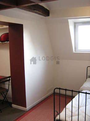 Salon de 7m² avec des tomettes au sol