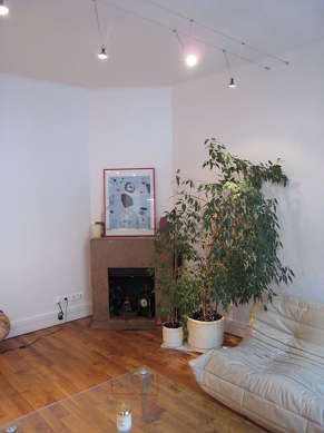 Living room furnished with tv, hi-fi stereo, 1 armchair(s)