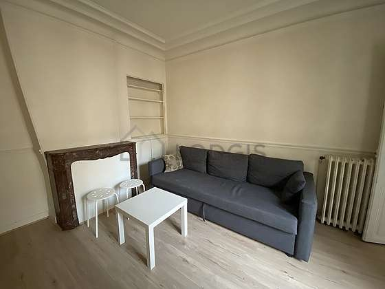 Living room of 13m² with the carpeting floor