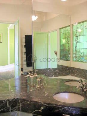 Belle salle de bain claire avec du marbre au sol
