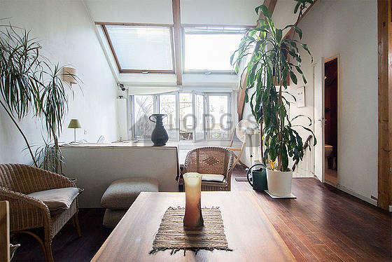 Séjour calme équipé de 1 canapé(s) lit(s) de 140cm, 3 fauteuil(s), 4 chaise(s)