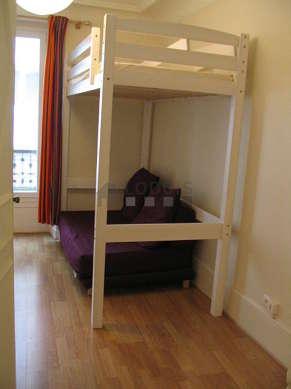 Séjour très calme équipé de 1 lit(s) armoire de 140cm, téléviseur, 2 chaise(s)