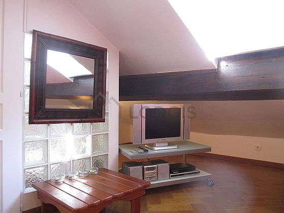 Séjour calme équipé de 1 canapé(s) lit(s) de 140cm, télé, chaine hifi, ventilateur