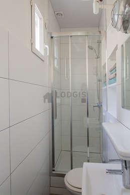 Belle salle de bain claire avec fenêtres double vitrage et du carrelage au sol