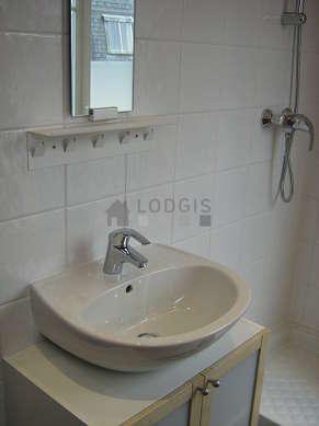 Belle salle de bain très claire avec fenêtres double vitrage et du carrelage au sol