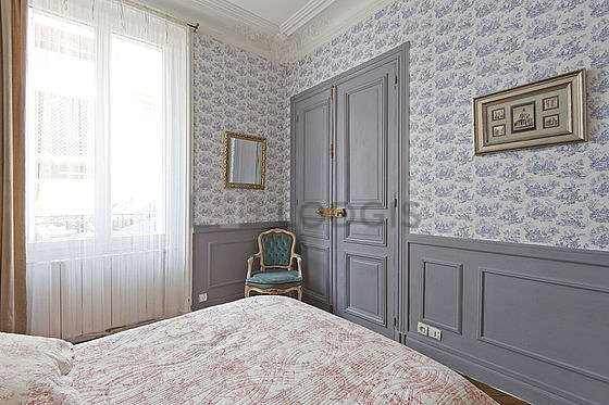 Bright bedroom equipped with 2 armchair(s), 1 chair(s)