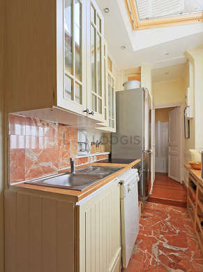 Cuisine de 4m² avec du marbre au sol