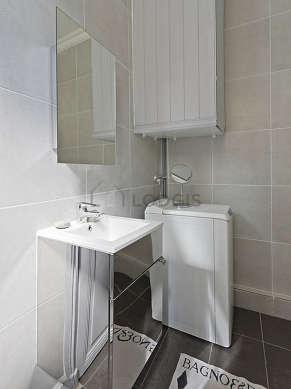 Salle de bain avec fenêtres et du parquet au sol