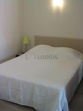 Alcôve très calme et claire équipée de 1 lit(s) de 160cm, penderie, table de chevet