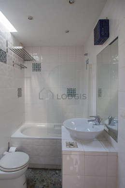 Belle salle de bain claire avec du graviers au sol