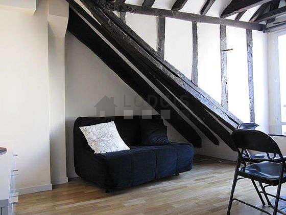 Séjour calme équipé de 1 canapé(s) lit(s) de 140cm, télé, armoire, 3 chaise(s)