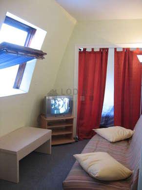 Séjour calme équipé de 1 canapé(s) lit(s) de 140cm, téléviseur
