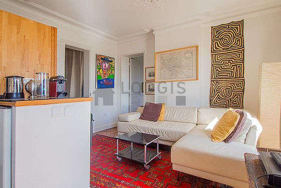 Séjour équipé de téléviseur, chaine hifi, penderie, 4 chaise(s)