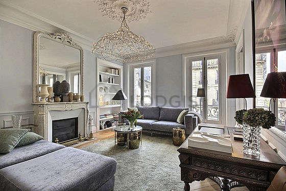 Séjour équipé de 1 canapé(s) lit(s) de 140cm, télé, chaine hifi, 2 chaise(s)