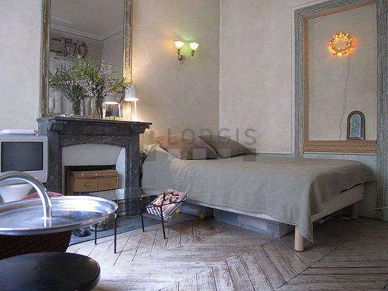 Salon lumineux équipé de 1 fauteuil(s), 3 chaise(s)