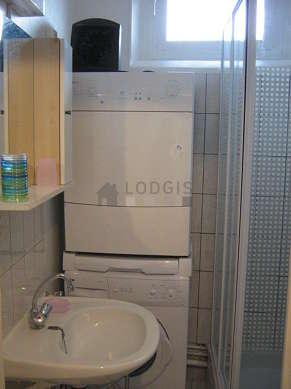 Salle de bain très claire avec fenêtres double vitrage et du carrelage au sol
