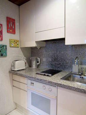 Cuisine équipée de lave vaisselle, plaques de cuisson, réfrigerateur, hotte