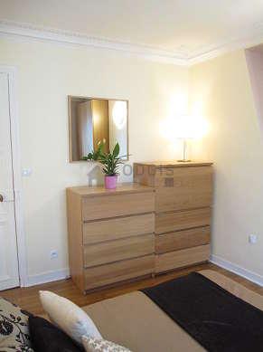 Bedroom of 11m² with wooden floor