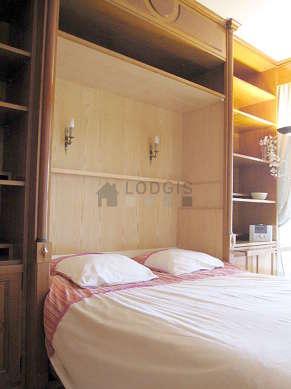 Alcôve très calme et très claire équipée de 1 lit(s) armoire de 140cm, etagère