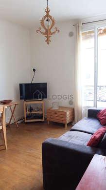 Séjour très calme équipé de 1 canapé(s) lit(s) de 120cm, télé, 1 fauteuil(s), 4 chaise(s)