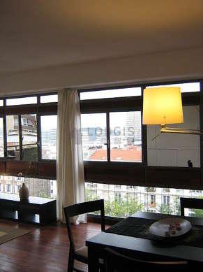 Séjour avec fenêtres et balcon