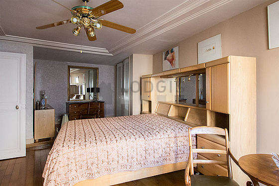Large bedroom of 27m² with wooden floor