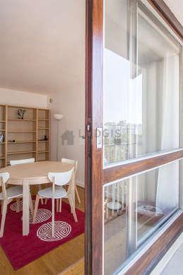 Salle à manger avec fenêtres et balcon donnant sur cour