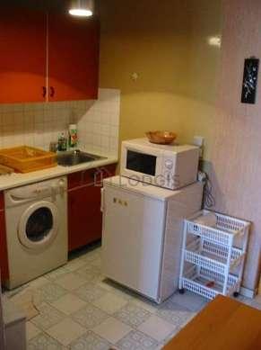 Cuisine dînatoire pour 2 personne(s) équipée de plaques de cuisson, réfrigerateur, vaisselle
