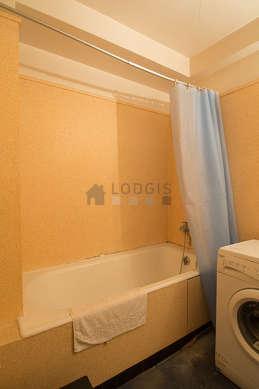 Salle de bain avec de la moquette au sol