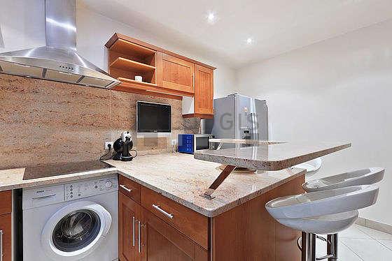 Cuisine dînatoire pour 3 personne(s) équipée de lave vaisselle, plaques de cuisson, réfrigerateur, hotte