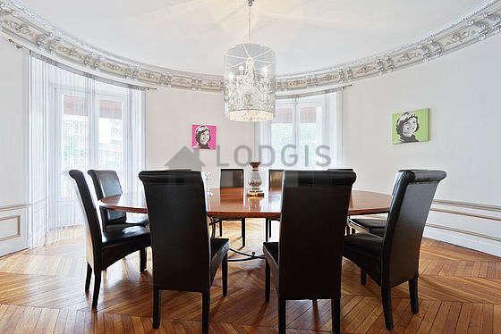 Superbe salle à manger avec du parquet au sol pouvant accueillir jusqu'à 10 convives